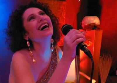 Play Music Swiss – Female Singer 8 EN