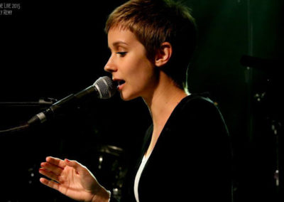 Play Music Swiss – Female Pianist Singer 1 EN